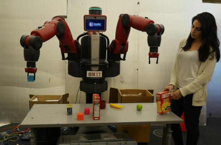 Yemek masası kuran robot